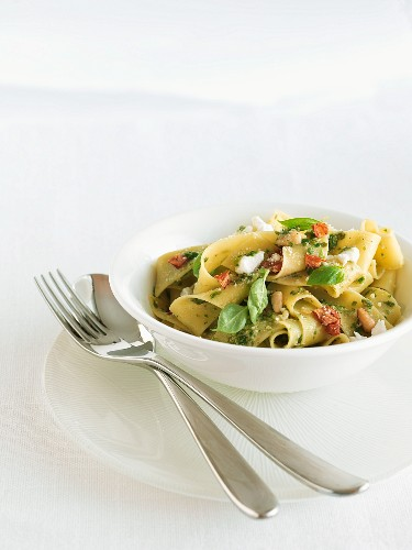 Pasta alla levantina (pasta with basil and goat's cheese)