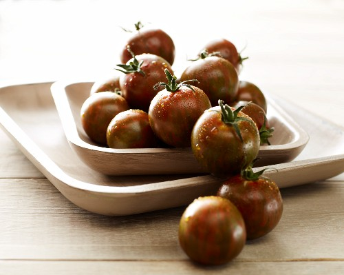 Black Zebra tomatoes in a wooden dish