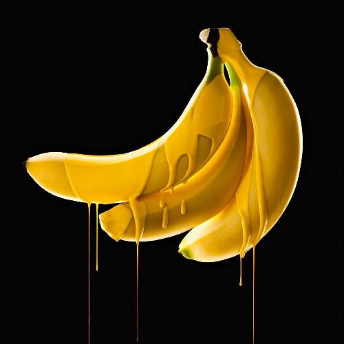 Bananen mit tropfender gelber Farbe