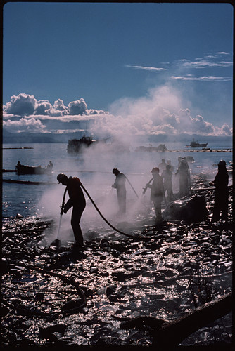 Clean-up operation after Exxon Valdez oil-spill
