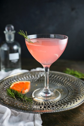 Rosa-Grapefruit-Cocktail mit Rosmarin