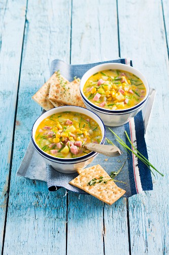 Corn chowder (American sweetcorn soup) with diced ham and crackers