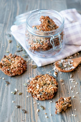 Low-carb sesame seed crackers with sunflower seeds, pumpkin seeds, honey and almonds