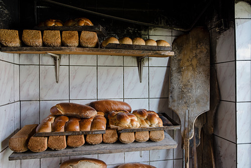 Hefezöpfe (sweet breads from southern Germany) and tin loaves (of sour dough and wholemeal rye bread) from a wood stove