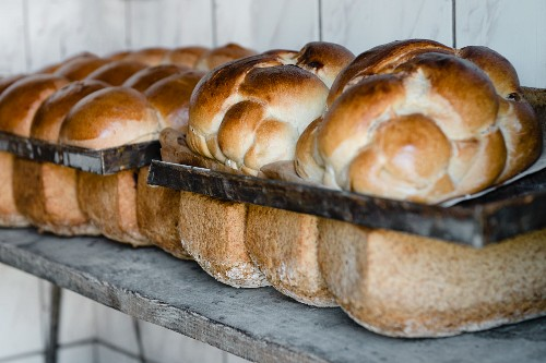 Hefezöpfe (sweet bread from southern Germany) and tin loaves (of sour dough and wholemeal rye bread) baked in a wood-fired oven