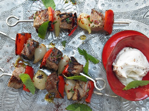 Kebabs with lamb, veal, peppers and garlic sauce