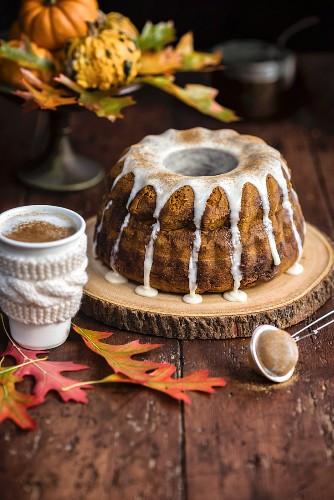 Kürbis-Chai-Napfkuchen mit Chai-Glasur