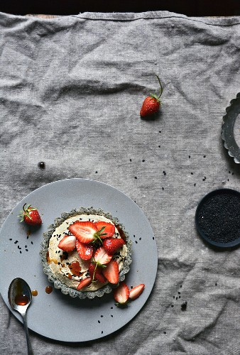 Erdbeertartelett mit karamelisierter weisser Schokoladenmousse und Sesamboden