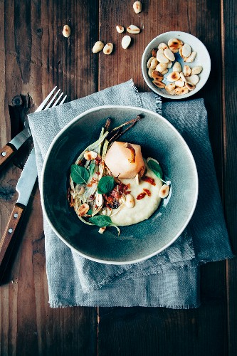 Fenchel-Kartoffel-Püree mit pochierter Birne, geröstetem Fenchel und gerösteten Mandeln