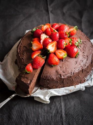 Gluten free flowerless chocolate paleo cake with strawberries