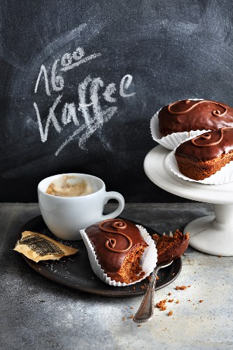 Mini chocolate cakes served with coffee