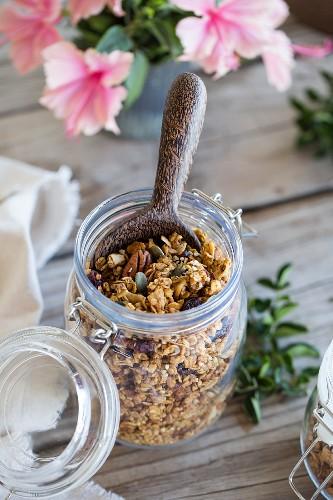 Granola-Müsli mit Tahini, Kürbiskernen und Nüssen im Bügelglas