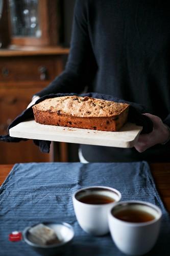 Raisin cake with black tea