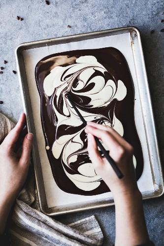 Geschmolzene weisse und dunkle Schokolade marmorieren