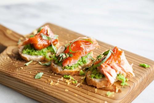 Lachs-Crostini mit Erbsenpüree