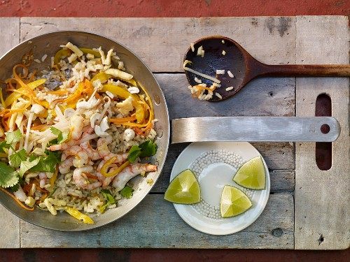 Fried rice with shrimps, vegetables and cashew nuts