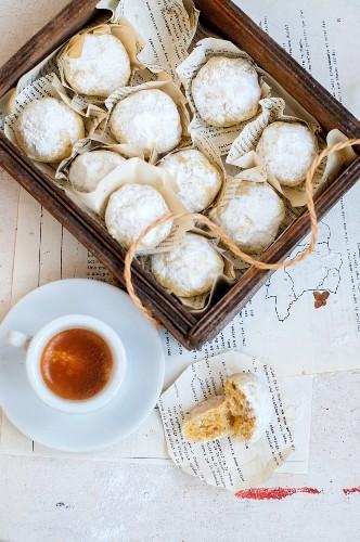 Walnussplätzchen mit Puderzucker und Espresso