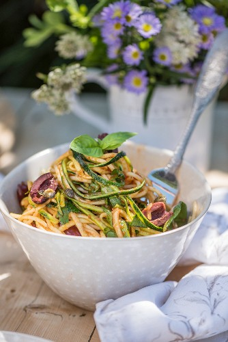 Spaghetti puttanesca with zucchini