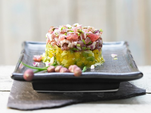 Tuna tartare with coriander and a mango salad