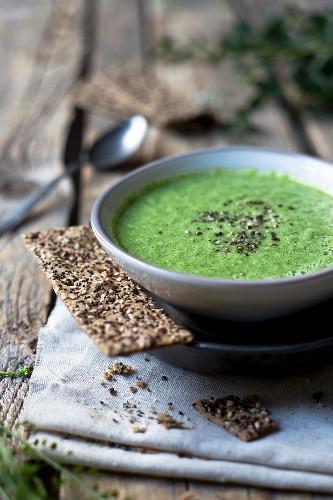Broccoli soup with crispbread