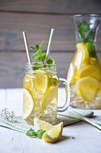 Zitronenlimonade mit Eiswürfeln und Minze