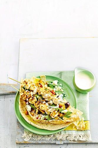 Griechische Hähnchenspiesse mit warmem Auberginensalat auf Fladenbrot