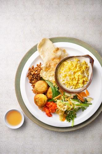 Nasi Jagung (Reis mit Mais, Indonesien) mit Beilagen