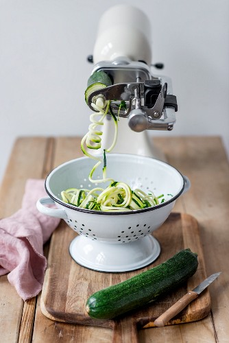 Spiralizing courgette with a kitchen machine