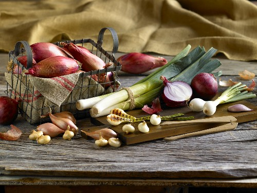 An arrangement of onions and leeks