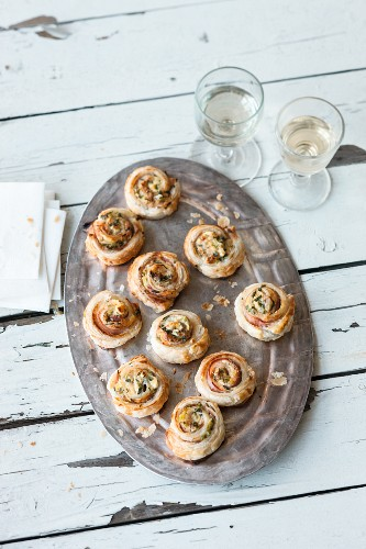 Puff pastry swirls with green asparagus and soft goat's cheese