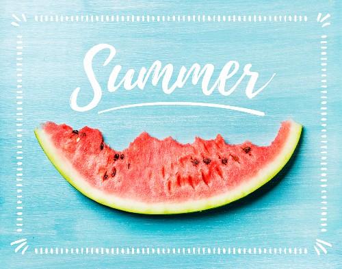 Angebissene Melonenspalte auf blauem Holzhintergrund mit Schriftzug 'Summer'
