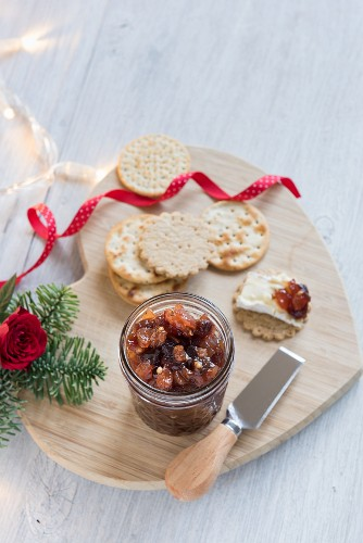 Christmas chutney with apples, pears and dried fruits
