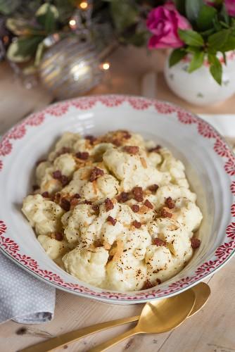 Blumenkohl mit knusprigem Pancetta und Käse als weihnachtliche Beilage