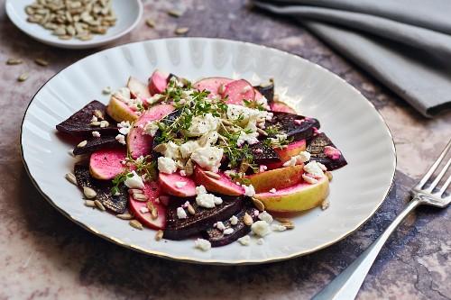 Rote-Bete-Salat mit Äpfeln, Schafskäse, Sonnenblumenkernen und Kresse
