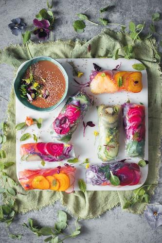 Knusprige Reispapier-Salat-Röllchen mit Erdnussdip (Asien)