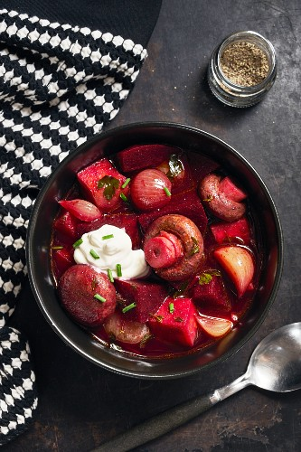 Beetroot stew with mushrooms and onions (top view))