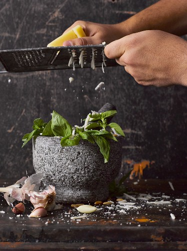 Frisches Basilikumpesto mit Parmesan zubereiten