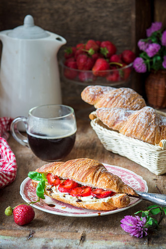 Croissant with balsamic, strawberries and cream cheese