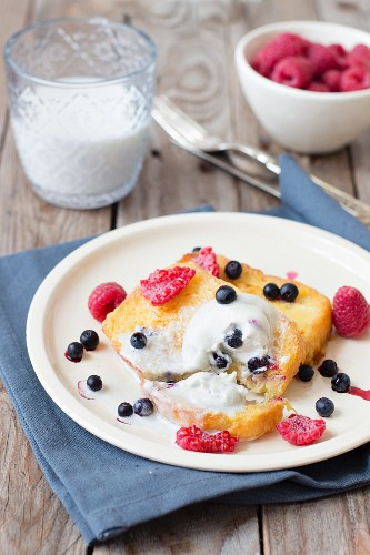 Pain perdu with fresh berries