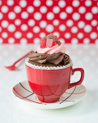 Cupcake mit Schokoladen-Himbeer-Creme und Geleewürfeln