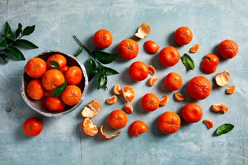 Mandarinen verschiedener Größen, teils geschält