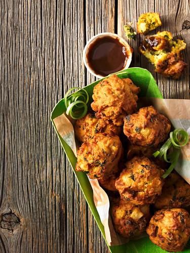 Vegetable pakoras and sauce (India)