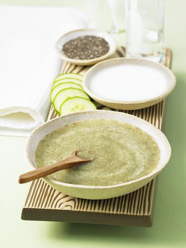 Gesichtsmaske aus Gurken, Mandeln und Teebaumöl