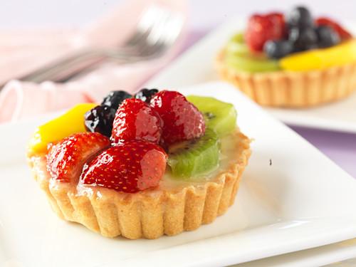 Fruit tarts with strawberry and kiwi