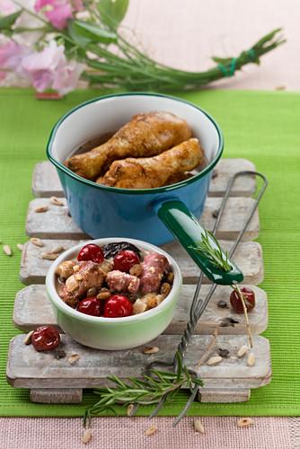 Schweinefleischeintopf mit Wurst und Pflaumen als Beilage zu Hähnchenkeulen (Spanien)
