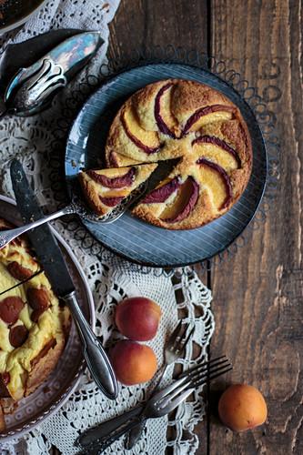Kokos-Pfirsich-Kuchen auf blauem Teller