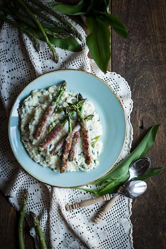 Risotto with wild garlic and asparagus wrapped in bacon