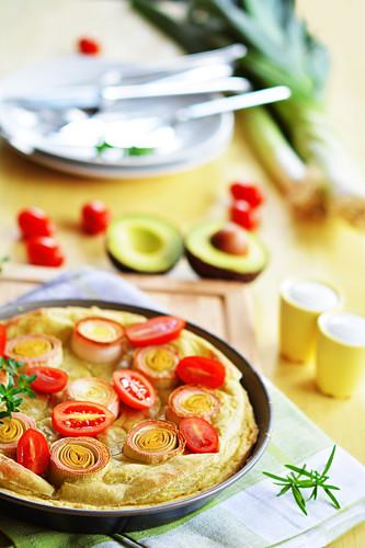 Avocado tarte with leek and fresh tomatoes