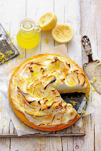 Grilled limoncello tart with vanilla meringue