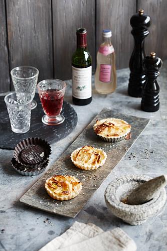 Apfel-Lauch-Quiches mit Rotwein